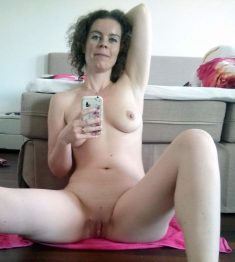 Mature woman makes a bold nude selfie