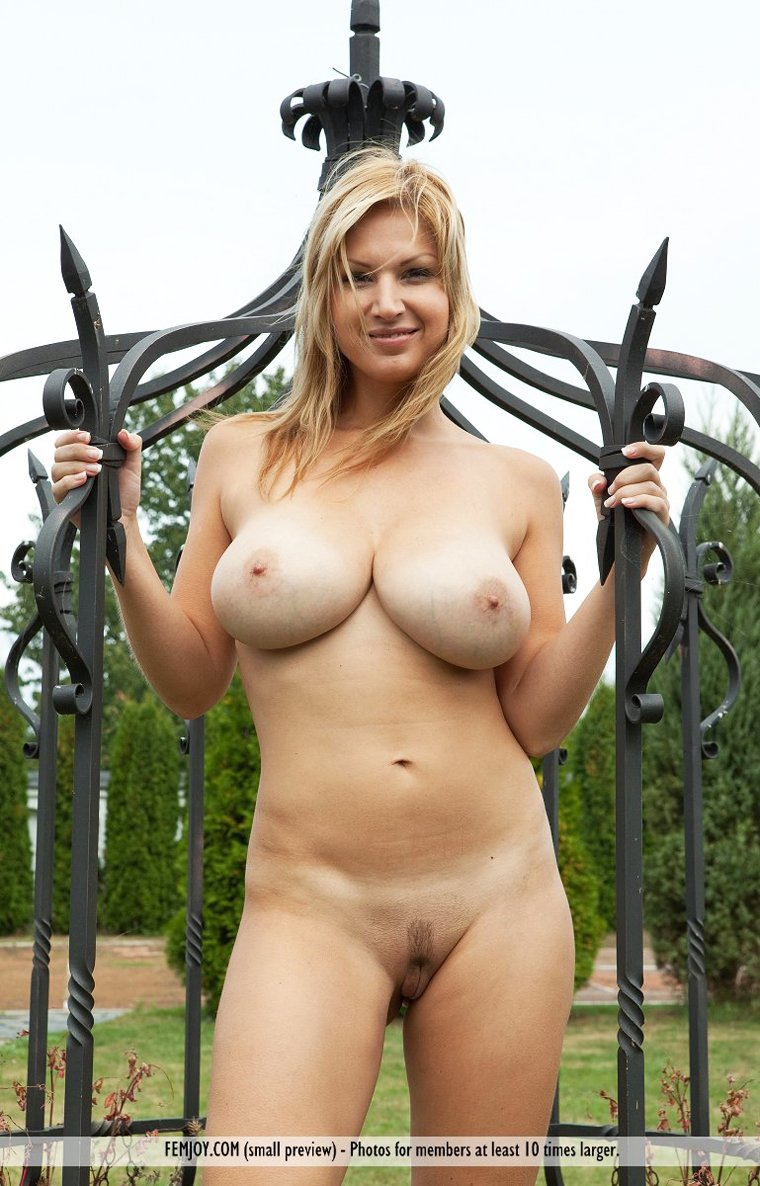 Blonde Carol Goldnerova shows outside nice pussy and big natural tits
